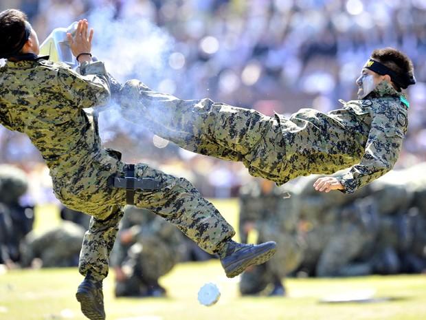 Demonstrações de artes marciais contaram com golpes acrobáticos na base militar de Gyeryong, onde a cerimônia dos 64 anos das Forças Armadas da Coreia do Sul foi realizada. (Foto: Jung Yeon-Je/AFP)