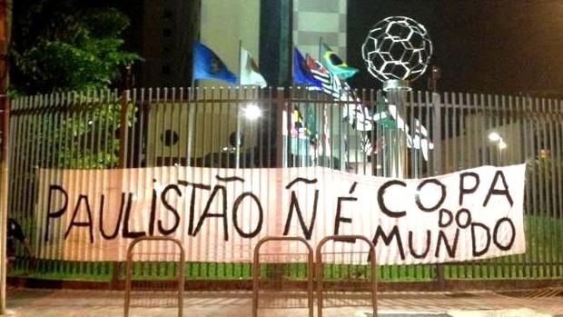 Gaviões da Fiel protesta na sede da Federação Paulista de Futebol (Foto: reprodução)