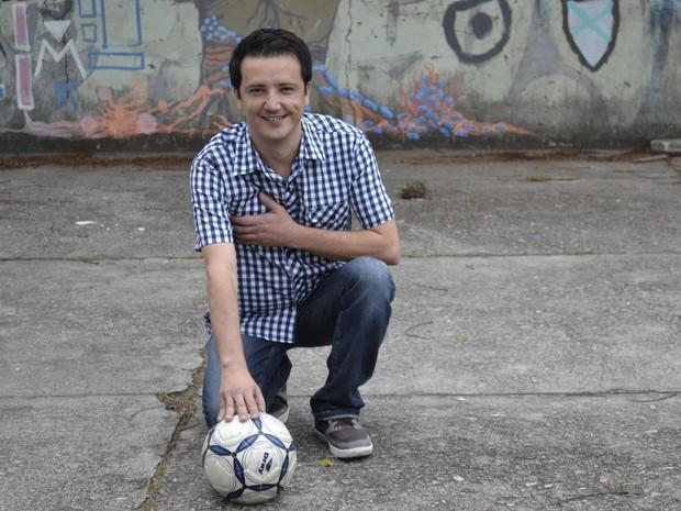 Com coração do lado direito do peito, homem sonha em jogar bola no espírito santo (Foto: Juirana Nobres/ G1)