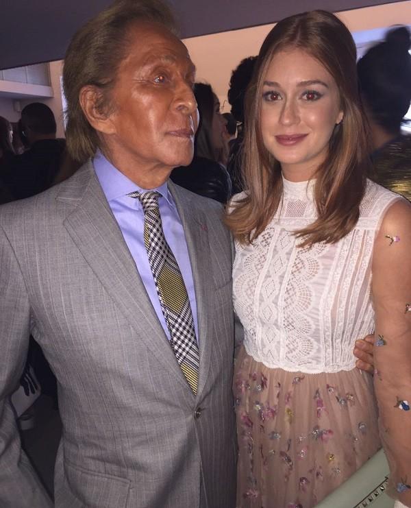 Marina posa com Valentino Garavani, fundador da Valentino (Foto: Bruno Astuto)