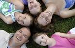 Carinho e atenção ajudam na criação dos filhos. Saiba mais (Divulgação)