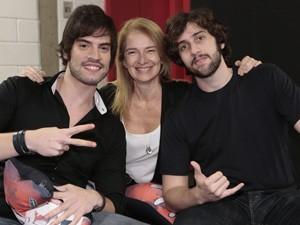 Rafael Furtado recebe o apoio da mãe Maria Cleonice e do primo Gabriel nos bastidores do The Voice Brasil  (Foto: Felipe Monteiro/TV Globo)