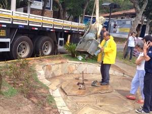 Pé da estátua acabou quebrando durante a retirada da estátua (Foto: Renata Igrejas/Inter TV)