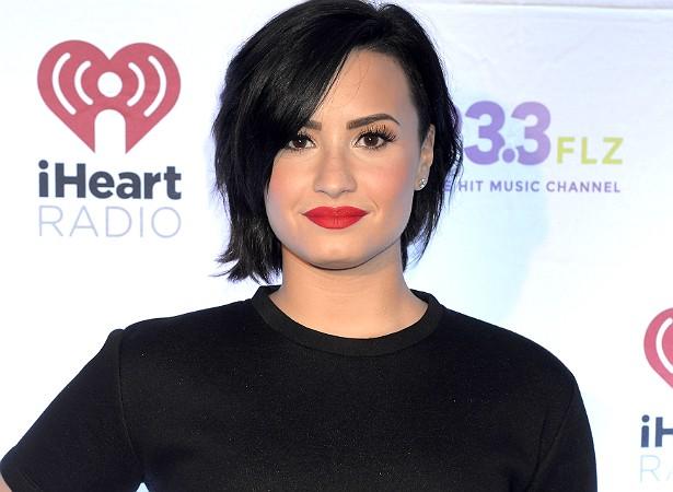 """Demi Lovato já tratou publicamente de sua luta contra a depressão e distúrbios alimentares. Numa entrevista à revista 'Teen Vogue', a cantora afirmou: """"Não tenho o corpo de uma modelo ou de uma [boneca] Barbie. O principal na relação com meus fãs é eu ser verdadeira com eles"""". (Foto: Getty Images)"""
