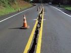 Chuvas fortes fazem terra ceder e causam rachaduras em rodovia