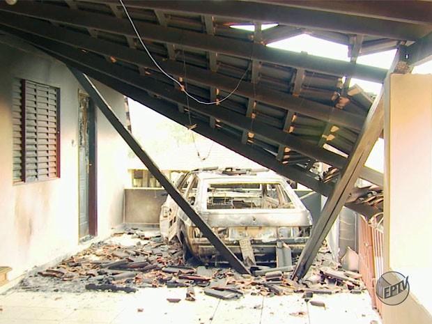 Carro e parte de casa de idoso são incendiados em Santa Rita de Caldas (Foto: Reprodução EPTV)