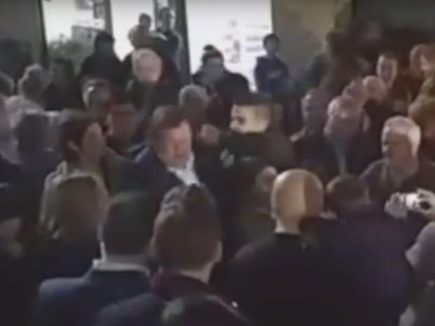 Vídeo divulgado pelo jornal 'Diario de Pontevedra' mostra momento em que Mariano Rajoy foi agredido (Foto: Reprodução/Youtube/Galiciaé Xornal Galego)
