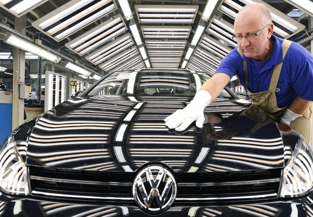 Operário confere modelo em fábrica da Volkswagen , na Alemanha (Foto: Getty Images)