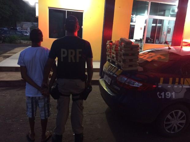 Homem foi preso com 49 kg de maconha (Foto: PRF/Divulgação)