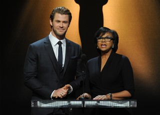 Chris Hemsworth e Cheryl Boone Isaacs (Foto: KEVIN WINTER / GETTY IMAGES NORTH AMERICA / AFP)