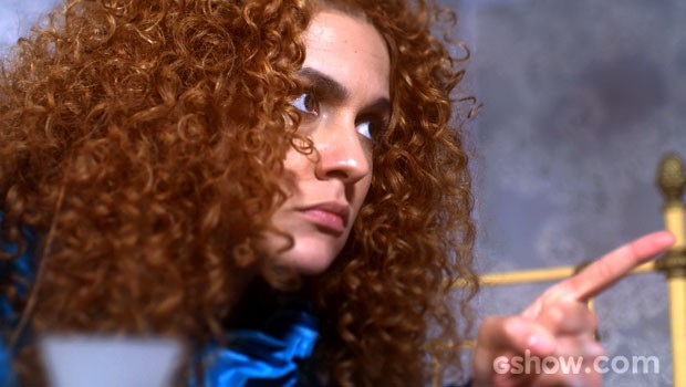 Gina conta sobre beijo, mas exige segredo (Foto: Meu Pedacinho de Chão/TV Globo)