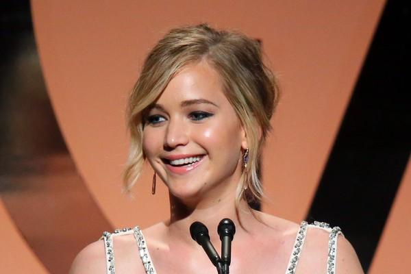 Jennifer Lawrence ficou mais conhecida após interpretar Katniss Everdeen na franquia 'Jogos Vorazes' e no último filme desta que foi lançado, surpreendeu ao cantar 'Hanging Tree', que se tornou um grande sucesso (Foto: Getty Images)