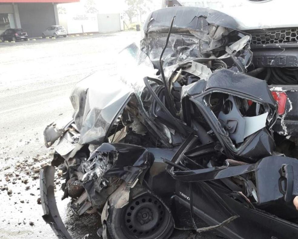 Carro ficou completamente destruído na BR-101 (Foto: PRF/Divulgação)