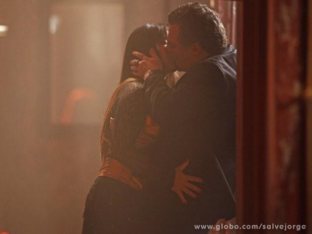 Jô e Russo se beijam (Foto: Salve Jorge/Tv Globo)