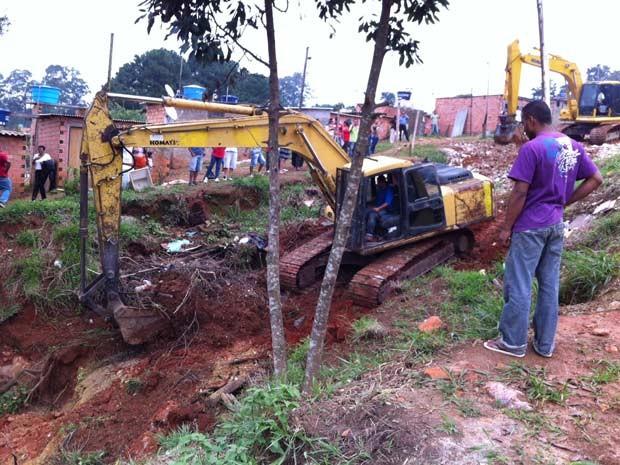 Máquinas que seriam usadas na demolição são usadas para abrir rua na desapropriação (Foto: Márcio Pinho/G1)