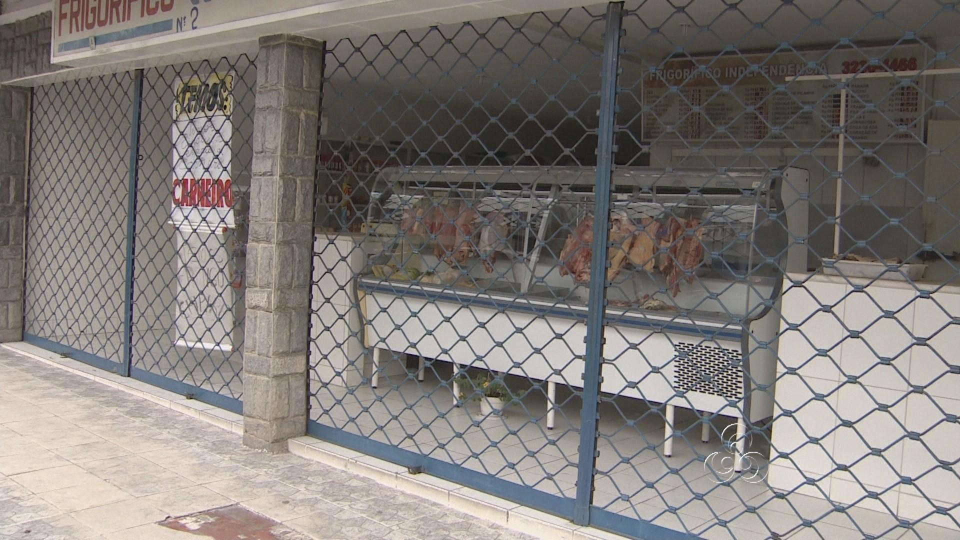 Comerciantes tiveram que fechar as portas devido à falta de energia elétrica (Foto: Jornal do Amazonas)