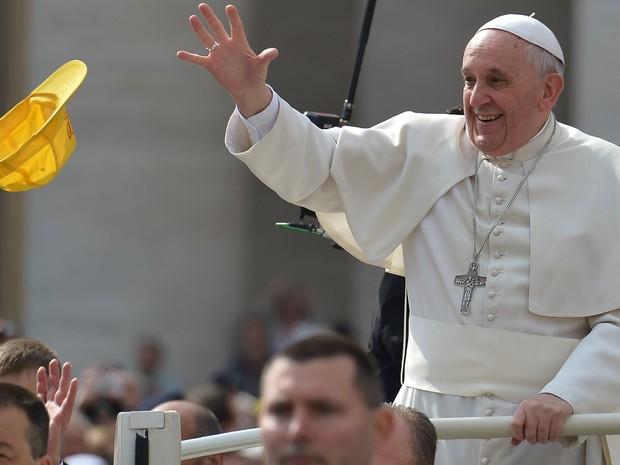 Um peregrino joga um boné para o Papa Francisco durante a audiência geral na Praça de São Pedro (Foto: Vincenzo Pinto)