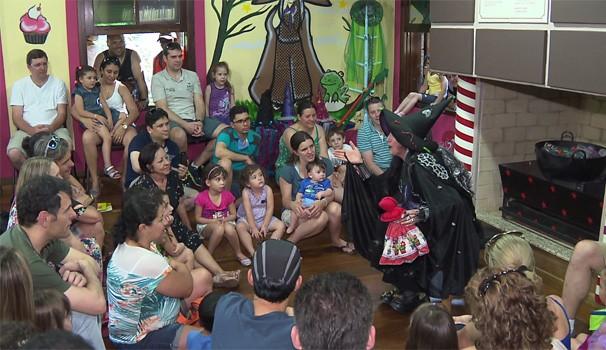 adultos e crianças (Foto: Reprodução/RPC TV)