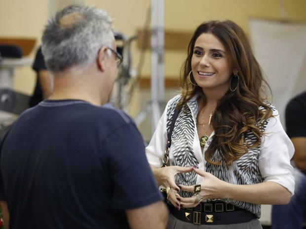 Giovanna Antonelli conversa com o diretor (Foto: Salve Jorge/TV Globo)