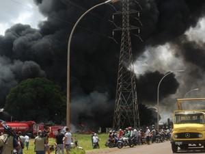 Incêndio atinge fábrica de piscina em Campo Grande (Foto: Fabiano Arruda/G1 MS)