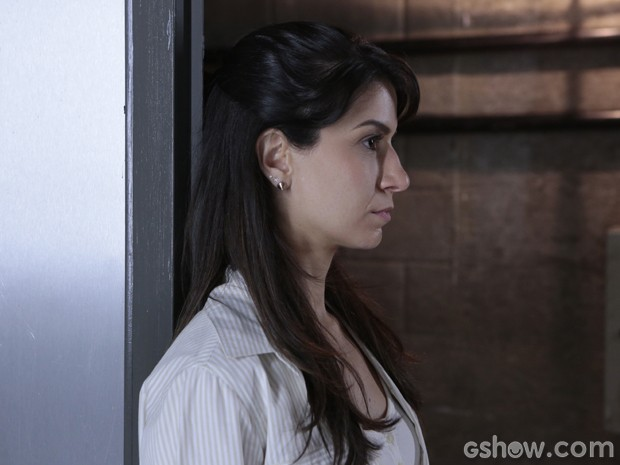 A jovem se recusa a sair dali (Foto: Felipe Monteiro/TV Globo)