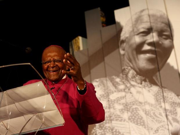 Desmond Tutu discursa na inauguração de uma exposição sobre Mandela na Cidade do Cabo, na África do Sul, em 30 de junho (Foto: AFP)