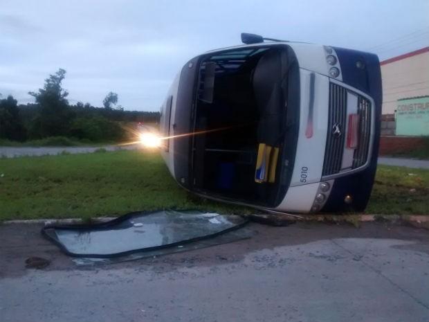Ônibus tomba após colisão com caminhão em rodovia de Votorantim (Foto: Murilo Augusto/TEM Você)