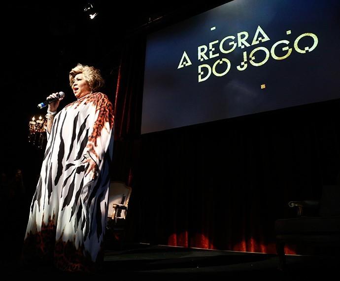 Na coletiva de impressa de 'A Regra do Jogo', Alcione apareceu de surpresa e cantou à capela o tema da novela, 'Juízo Final (Foto: Raphael Dias/TV Globo))