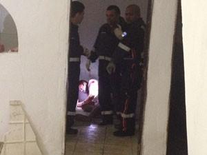 Homem foi baleado dentro de uma residência (Foto: Walter Paparazzo/G1)