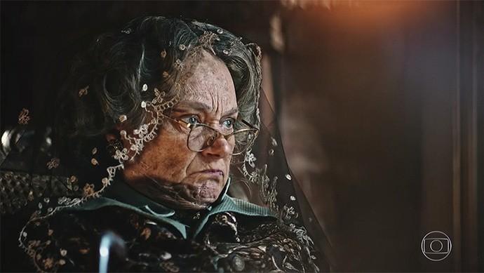 Encarnação leva um susto ao ver Martim em seu quarto (Foto: TV Globo)