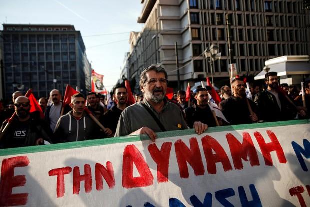 Manifestantes protestam contra reforma das aposentadorias (Foto: REUTERS/Alkis Konstantinidis)