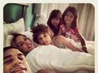Vítor Belfort mostra momento íntimo com a mulher e os filhos na cama