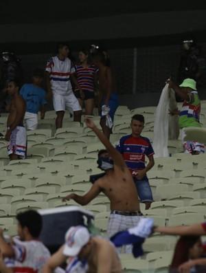 Torcedores arremessaram cadeiras após eliminação do Fortaleza (Foto: Bruno Gomes/Agência Diário)