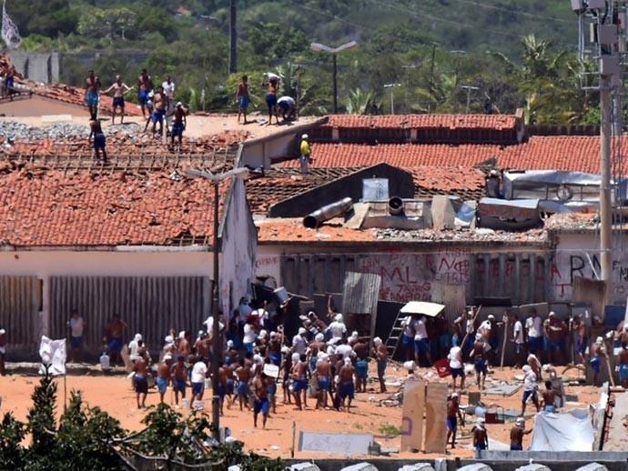 19/01 - Presos são vistos durante um confronto de facções na penitenciária de Alcaçuz, perto de Natal, no Rio Grande do Norte