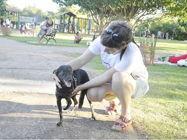 Fernanda adotou Lari há dois anos e se diz feliz com a companheira. (Foto: Pollyana Araújo/G1)