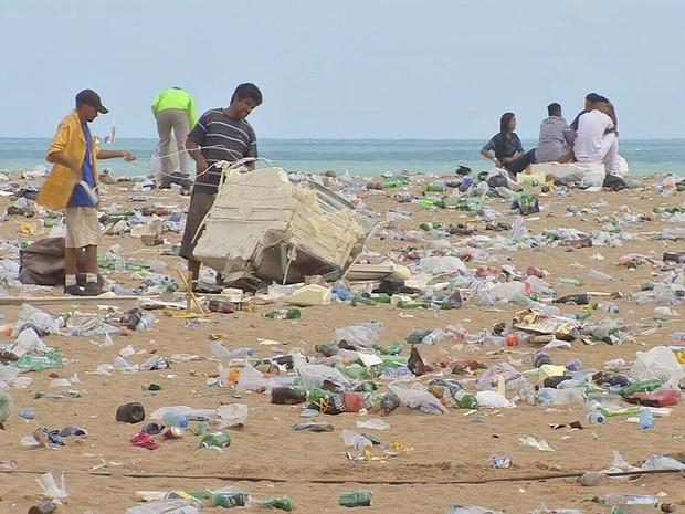 Empresa retira toneladas de lixo da Praia de Iracema após a festa de réveillon (Foto: TV Verdes Mares/Reprodução)
