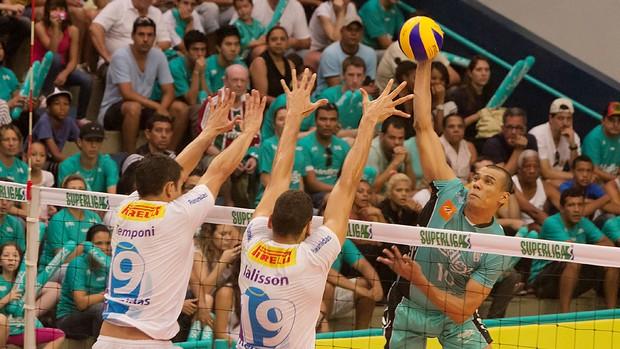 Rivaldo ataca para fazer ponto contra o Vôlei Futuro (Foto: Cinara Piccolo/ Divulgação Medley)