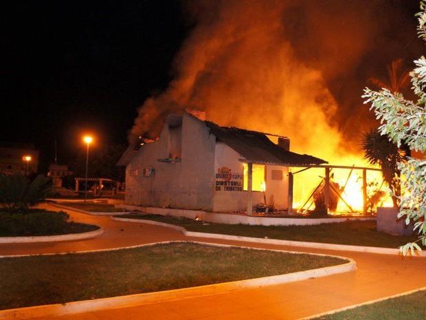 Incêndio atingiu prédio da prefeitura de Buriticupu (Foto: Luiz Silva/Divulgação)