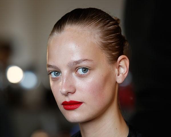 Saiba como atualizar o look com batom vermelho matte (Foto: Imaxtree)