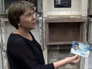 Mulher reclama para saber onde foram para restos mortais de marido (Foto: Reprodução/ TV Tribuna)