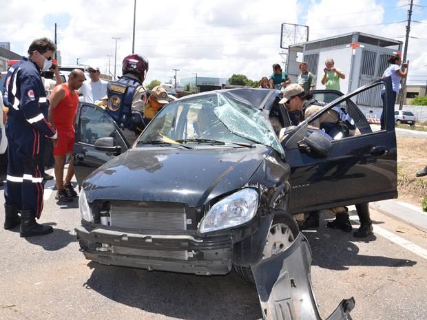 """Um acidente envolvendo um carreta e um carro Chevrolet Prisma deixou duas mulheres feridas, na BR-230, em Cabedelo na Grande João Pessoa na manhã desta terça-feira (29). As duas mulheres feridas vinham no Prisma, ficaram presas as ferragens, e foram socorridas pelo Corpo de Bombeiros. Segundo testemunhas o Prisma capotou após tomar uma """"fechada"""" da carreta. Os feridos foram levados para o Hospital de Emergência e Trauma de João Pessoa (Foto: Walter Paparazzo/G1)"""
