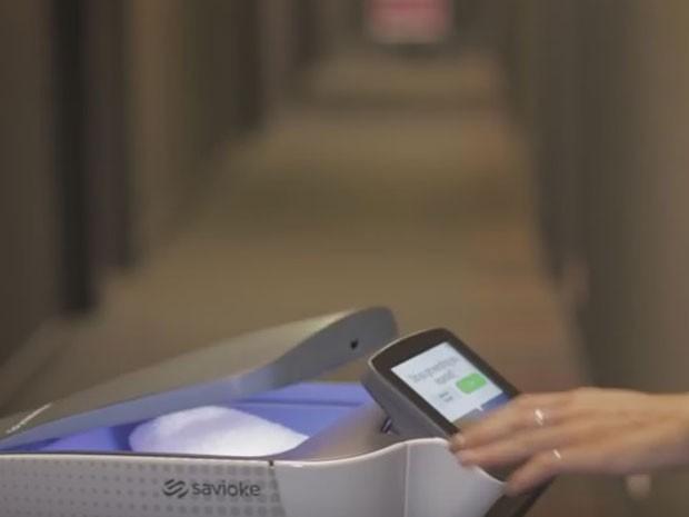 Robôs fazem serviço de quarto, entregando comida e outros pedidos aos hóspedes (Foto: Reprodução/YouTube)
