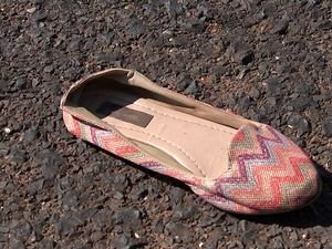 Sapatilha usada pela estudante ficou jogada no asfalto (Foto: Reprodução/TV TEM)