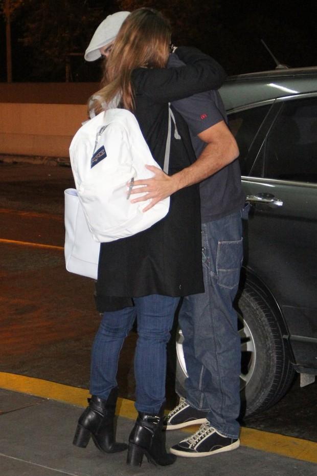 Paolla Oliveira e Joaquim Lopes de despedem com abraço apertado (Foto: Rodrigo dos Anjos/Ag News)