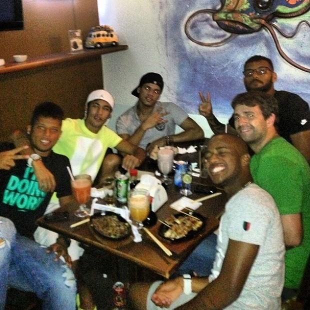 Neymar, André e Victor Andrade em restaurante japonês (Foto: reprodução / Instagram / Neymar)