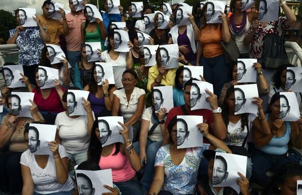 Grupo de mulheres protesta contra a insegurança da cidade de Caracas, capital da Venezuela. Dados não oficiais indicam que a cada duas horas um assassinato acontece no país.  (Foto: AFP PHOTO/JUAN BARRETO)
