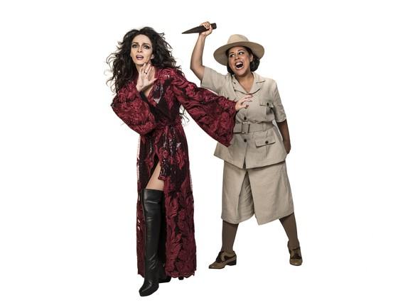 Na pele de Alice Penn Tayler, Evelyn posa com Claudia Ohana, que interpreta a vampira Natasha no musical  (Foto: Divulgação)