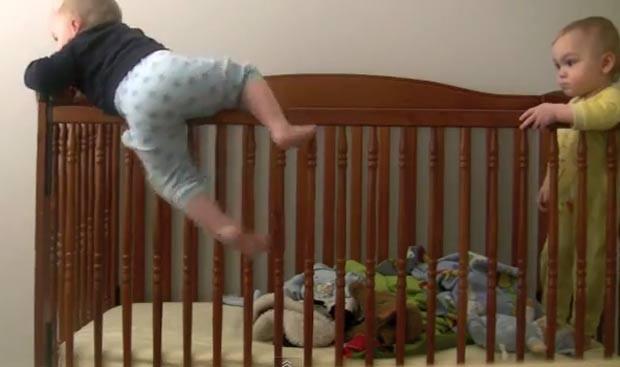 No ano passado, sem saber como um dos gêmeos saía do berço, uma mãe instalou uma câmera no quarto para o ver o que estava acontecendo. Incialmente, ela pensava que o 'fujão' fosse ajudado pelo irmão. O vídeo, porém, mostrou que o bebê agia sozinho. Ele escalava e pulava para fora do berço enquanto era observado pelo irmão. (Foto: Reprodução)