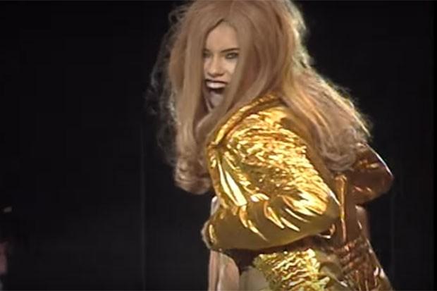 Adriana Lima mostrou demais durante desfile em 1998 (Foto: Reprodução)