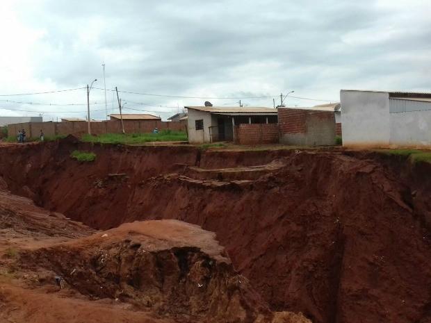 Em alguns pontos, cratera em Naviraí tem 15 metros de profundidade (Foto: Diogo Nolasco/ TV Morena)